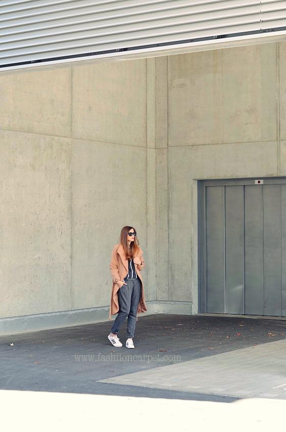 Fashionbloggermünchen-fashionblogger-blogger-fashionblog-münchen-munich-fashion-outfit-mode-style-streetstyle-bloggerstreetstyle-fashiioncarpet-fashiioncarpet-look-ootd-fashionblogdeutschland-deutscherfashionblogger-fashionbloggergermany-germanblogger-camelcoat-buffalomantel-camelcoatbuffalo-adidassuperstars-camelfarbenermantel